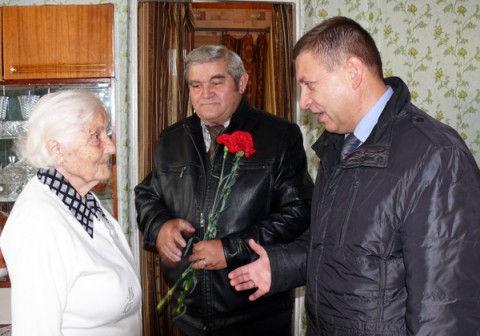 Поздравления принимает ветеран Великой Отечественной войны Мария Алексеевна Атрощенко.